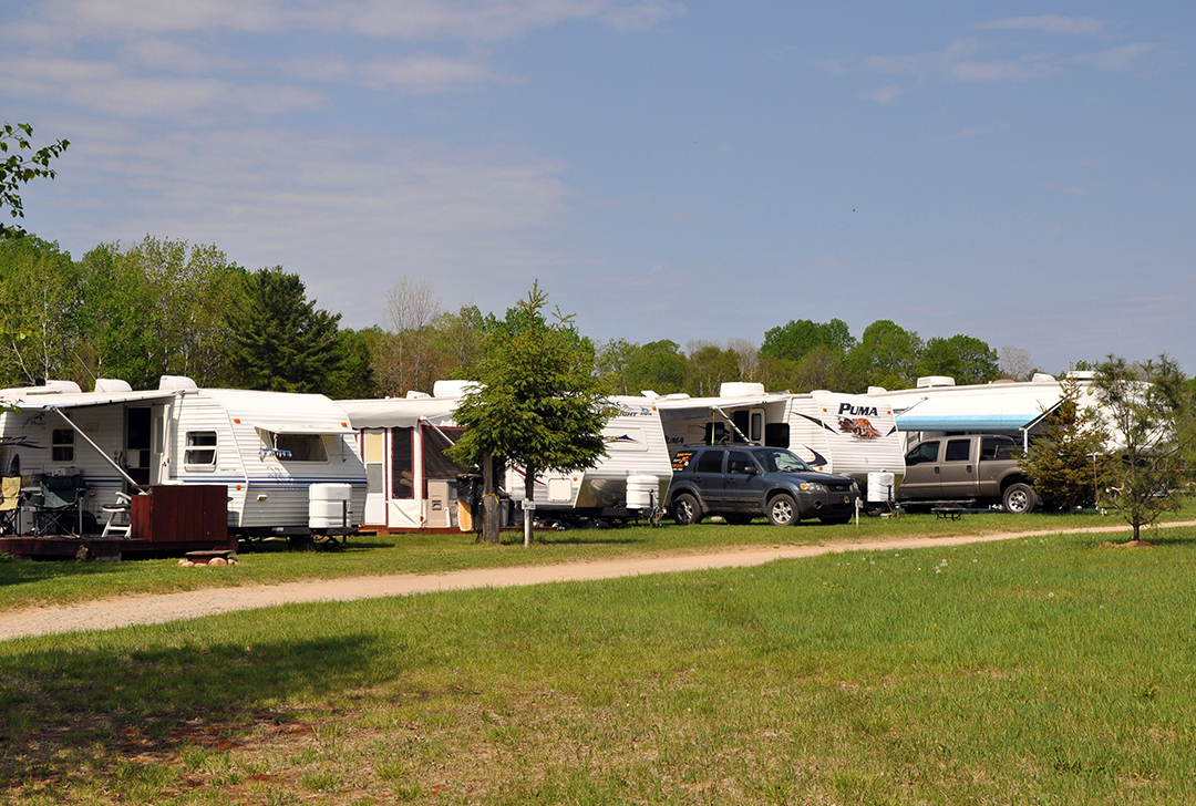 Site de camping 3 Services pour les roulottes, motorisée au Camping Lac-du-cerf